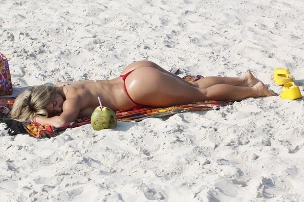 Голые На Пляже Показывают Censored