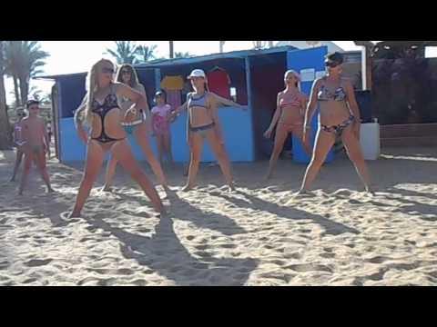 Голая Танцует На Машине На Пляже