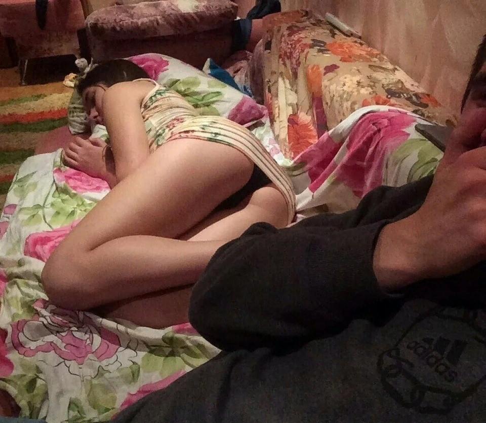 Спящую Голую Маму Лапал