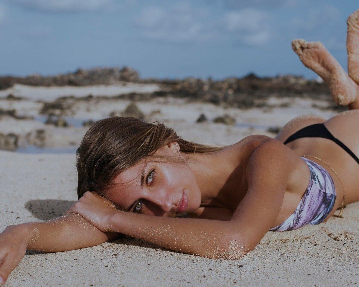 Голые Ноги На Пляже
