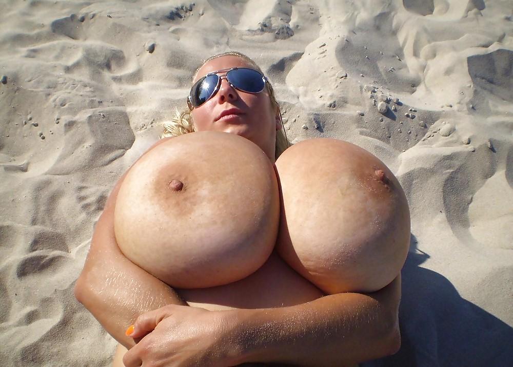 Голые Огромные Сиськи На Пляже