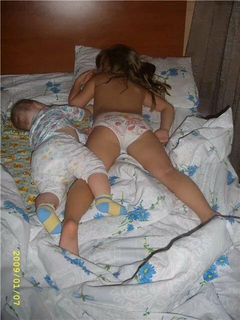 Пьяные Спящие Голые Дочь В Постели Отца