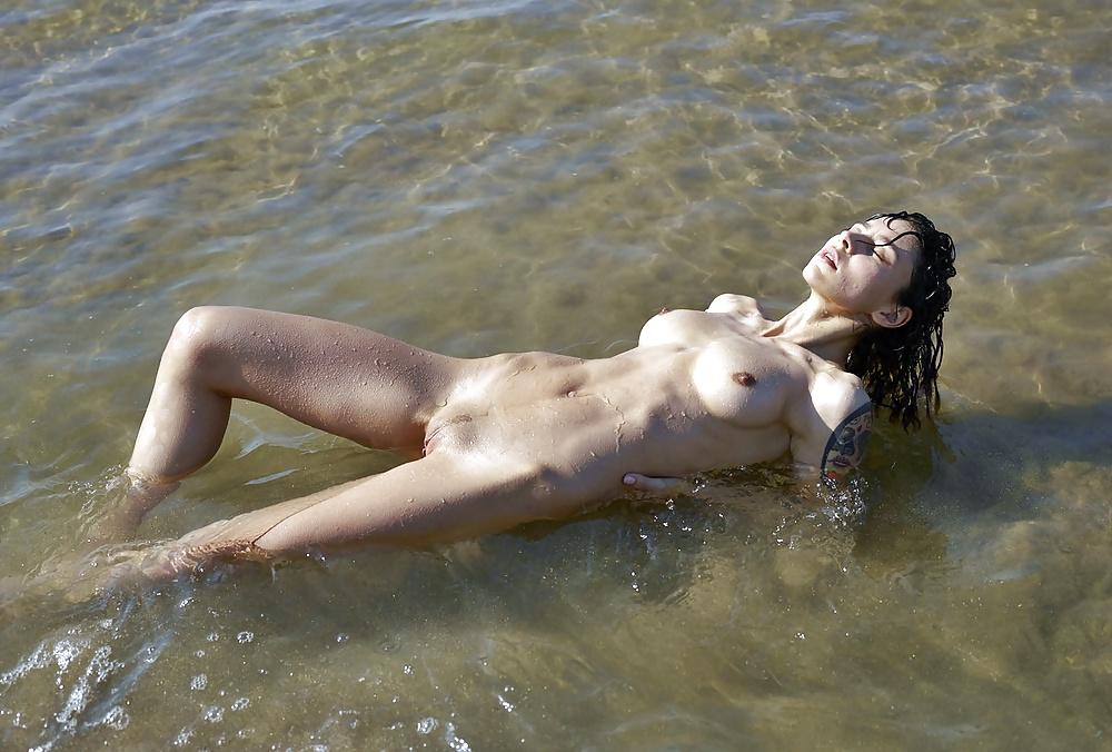 Голые Женщины Плавают Видео