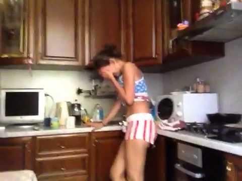 Тетки Голые На Кухне Видео