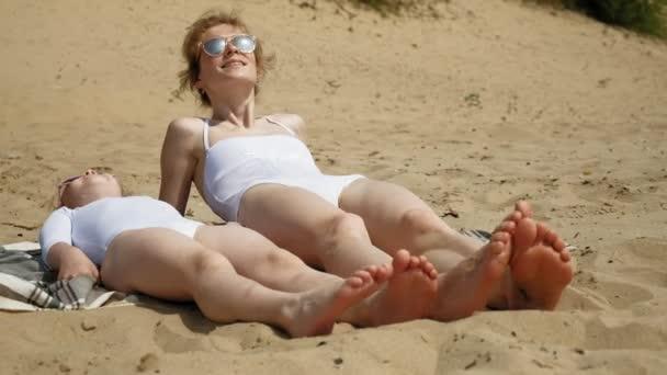 Голые Дочери На Пляже