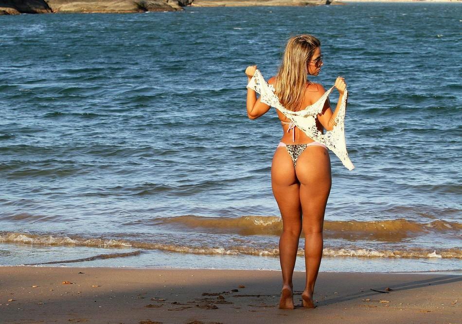 Голые Сучки На Пляже Видео