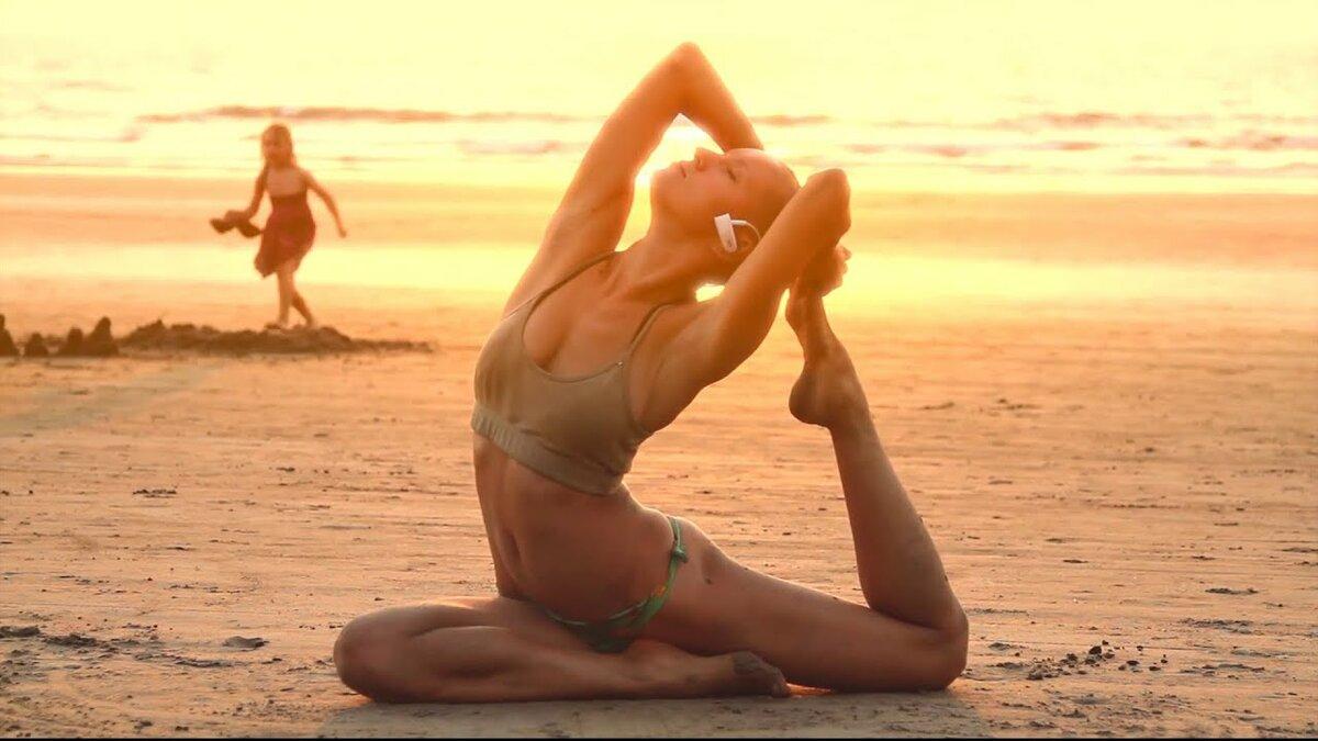 Голая Зарядка Йога На Пляже Видео