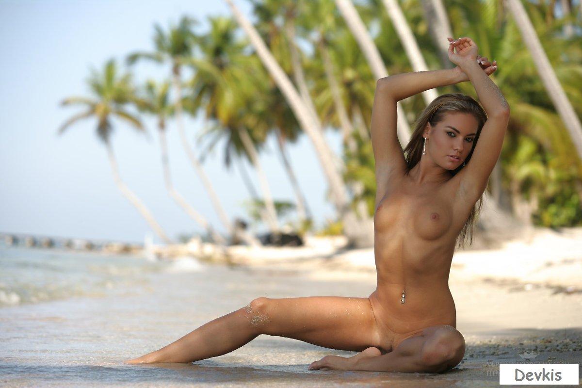 Голый Стриптиз На Пляже