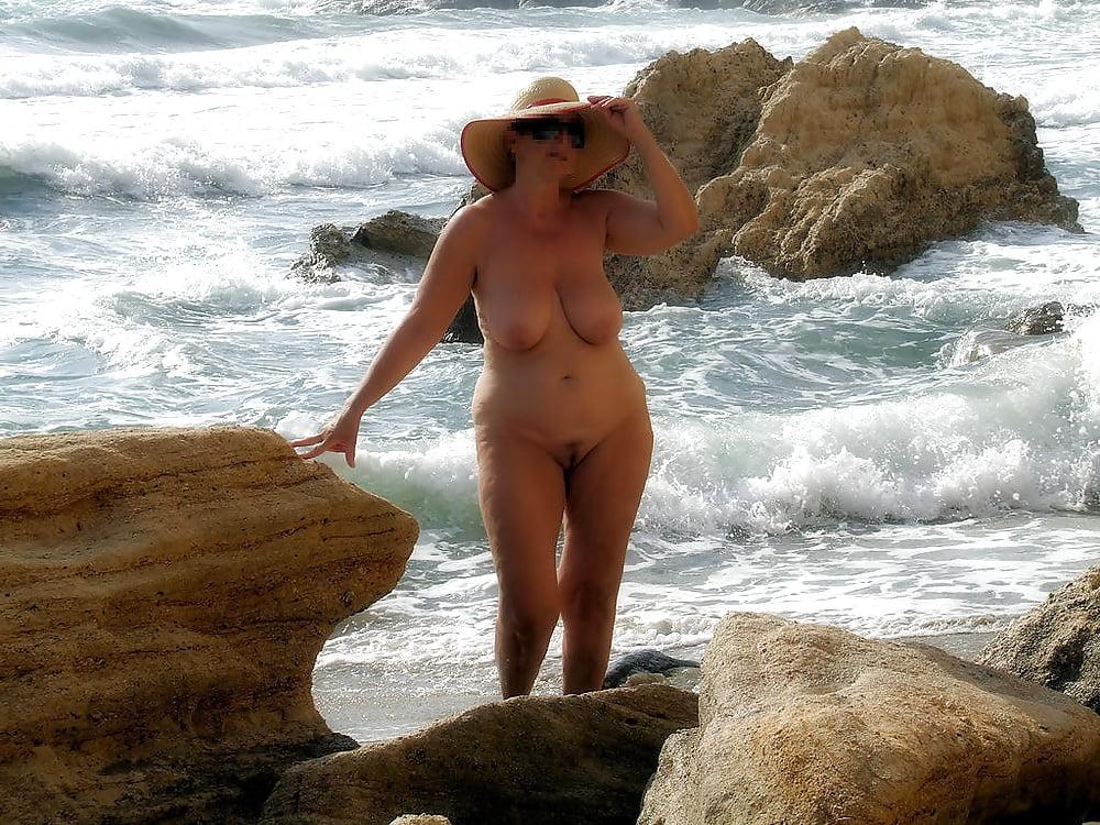 Голая Тетя Без Трусов На Пляже