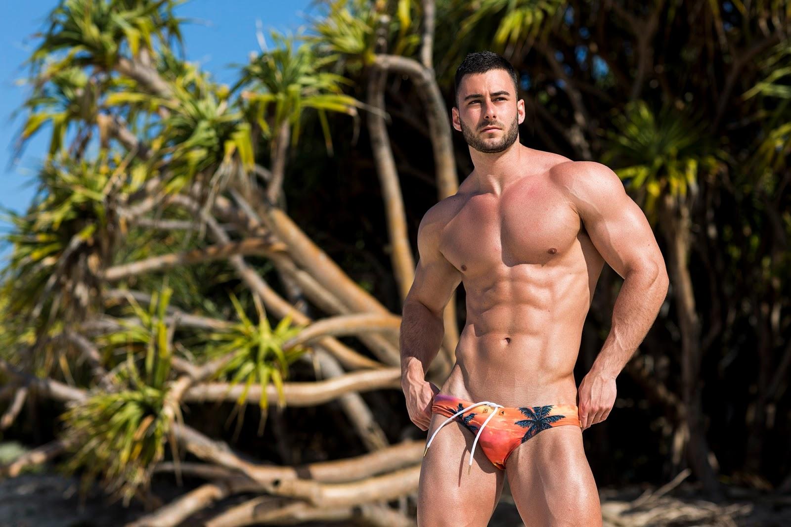 Голый Качок На Пляже